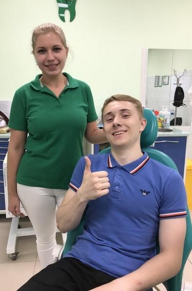 врач с пациентом после лечения рецессии десен